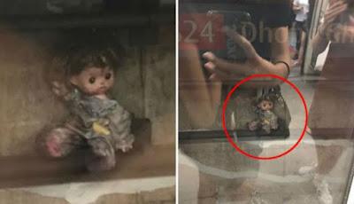 Boneka Menyeramkan Duduk di Samping Rel Kereta Bikin Heboh