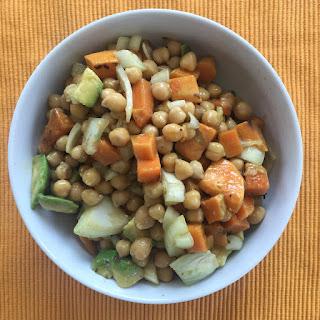 Bowl mit Kichererbsen, Süßkartoffeln und Feta