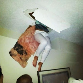 Mujer cayendo del techo