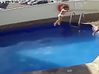 Kejam! Ayah Ini Terekam CCTV lempar Anak Tirinya Ke Kolam Hingga Tewas