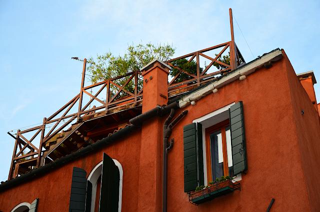 Zahrádka na střeše altánu v Benátkách