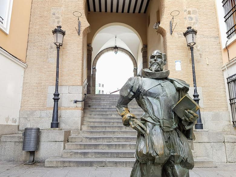隱身在主廣場附近,唐吉訶德作者的雕像