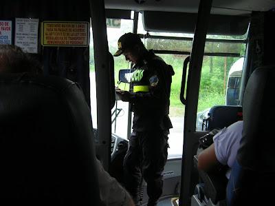 Control policía en Puerto Viejo de Talamanca, Costa Rica, vuelta al mundo, round the world, La vuelta al mundo de Asun y Ricardo, mundoporlibre.com