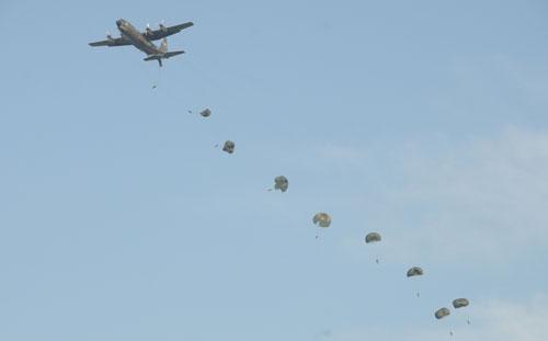 JUNGAR : Ratusan prajurit gabungan dari Batalyon 465 Paskhas Brajamusti dan Denhanud 473 Paskhas melaksanakan terjun penyegaran (Jungar) di runway Lanud Supadio, Selasa (6/2)pagi.