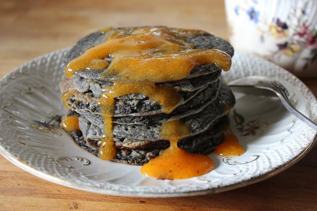 https://cuillereetsaladier.blogspot.com/2014/10/black-pancakes-et-leur-coulis-de-kaki.html
