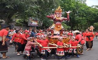 Tradisi hari raya nyepi di bali mengangkat ogoh ogoh