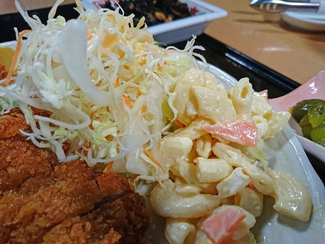 サラダとマカロニサラダの写真