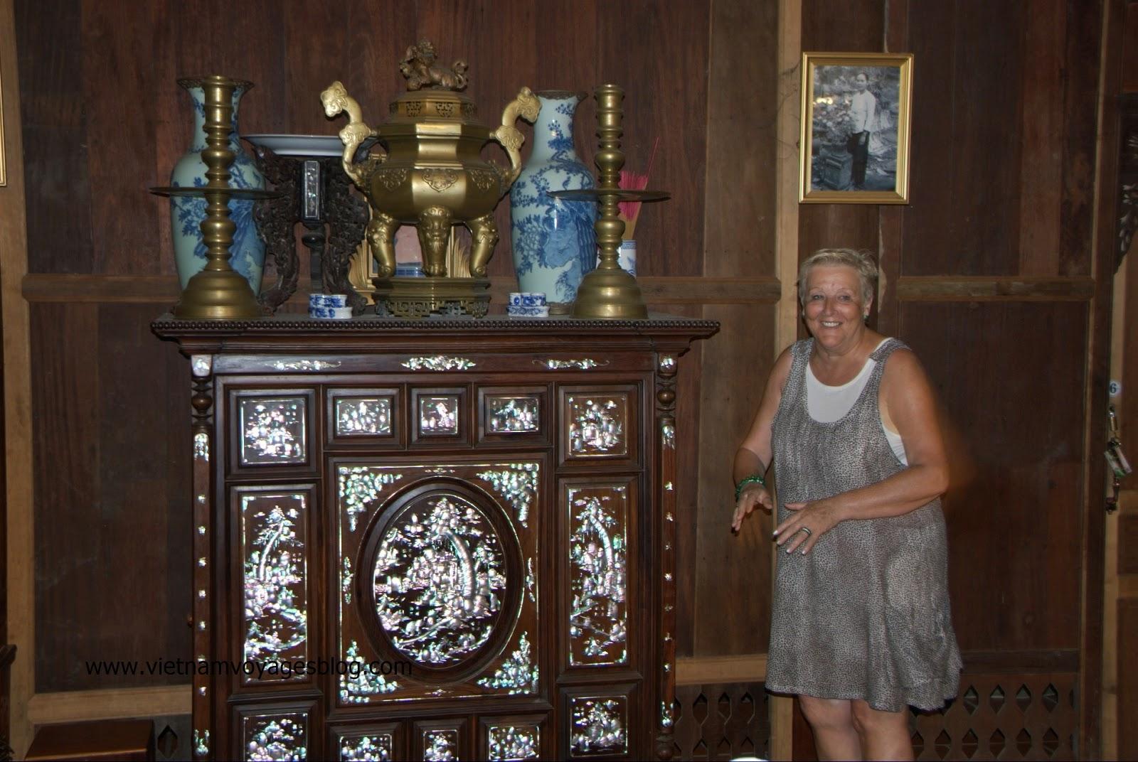Du khách này có vẻ chưa quen lắm với bàn thờ tổ tiên của người Việt