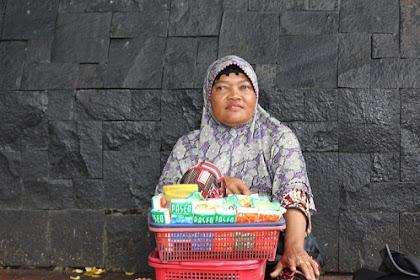 Mangkal di Depan Masjid, Ibu Imas Bisa Bawa Pulang  ke rumah 8 JT