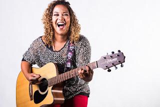 Shopping Bay Market apresenta happy hour com a cantora Carol Farias