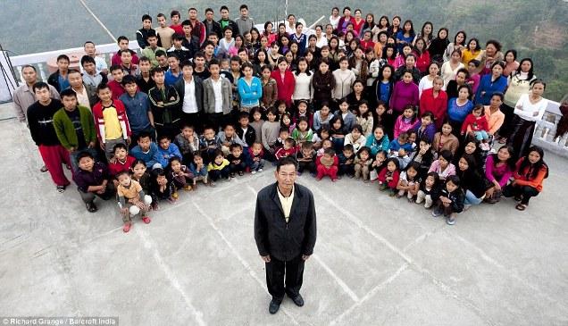 Wow!! Pria ini Punya 39 Istri Dan Hidup Rukun Dalam Satu Rumah