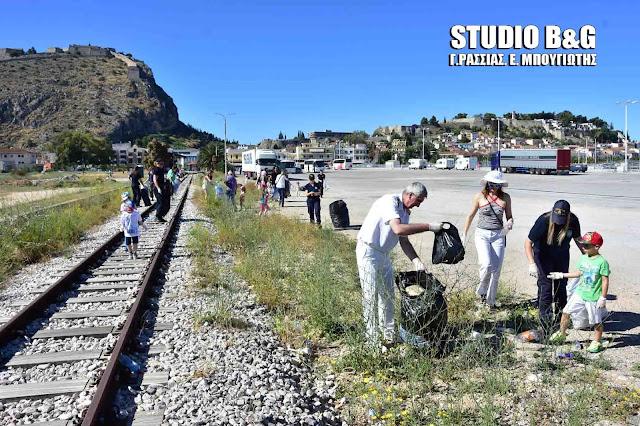 Εθελοντικός καθαρισμός στο λιμάνι Ναυπλίου από το Λιμεναρχείο