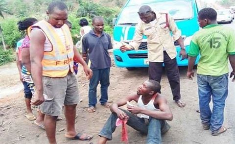 Photo: Motorists hand over 'drunken' driver to FRSC after crash at Idu