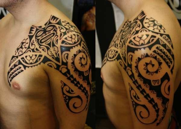 tatuaje de mantarraya para hombre en el hombro y pectoral
