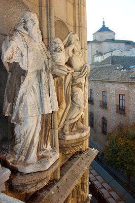 Esculturas en la fachada de la catedral de Toledo
