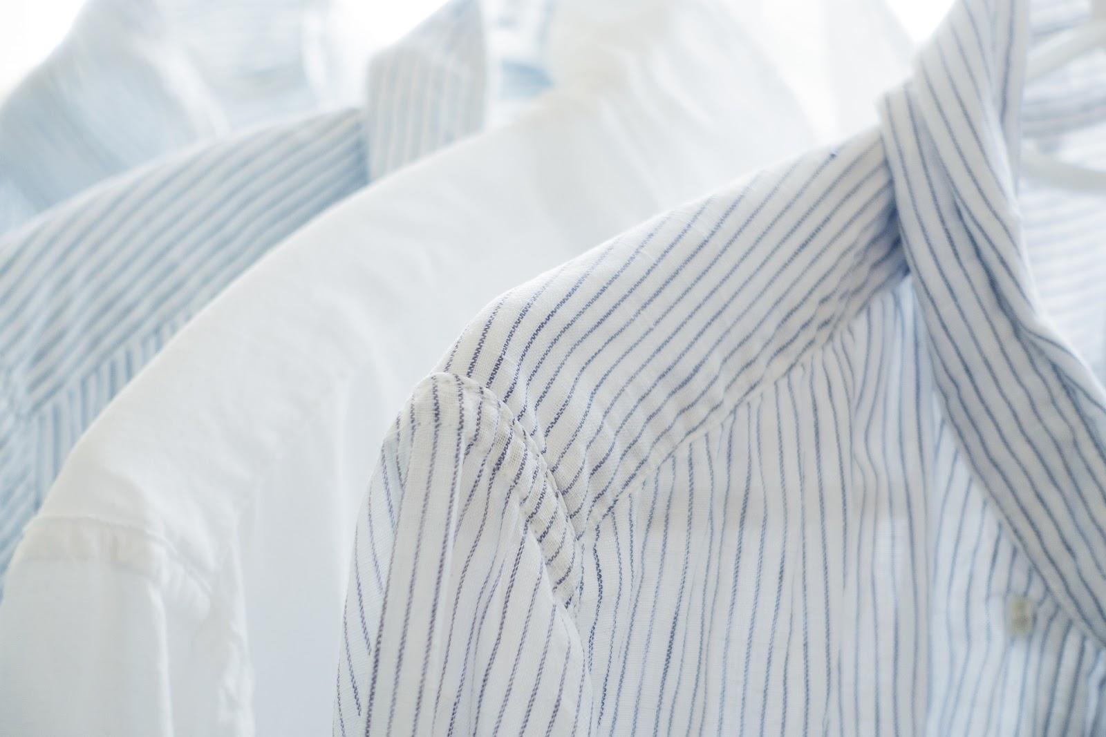 明るい光の中の四枚の白いシャツ