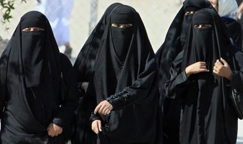 Ulama Saudi Tak Setuju Perempuan Dipaksa Pakai Jubah Abaya