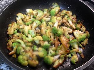 Salteado de brócoli en el wok.