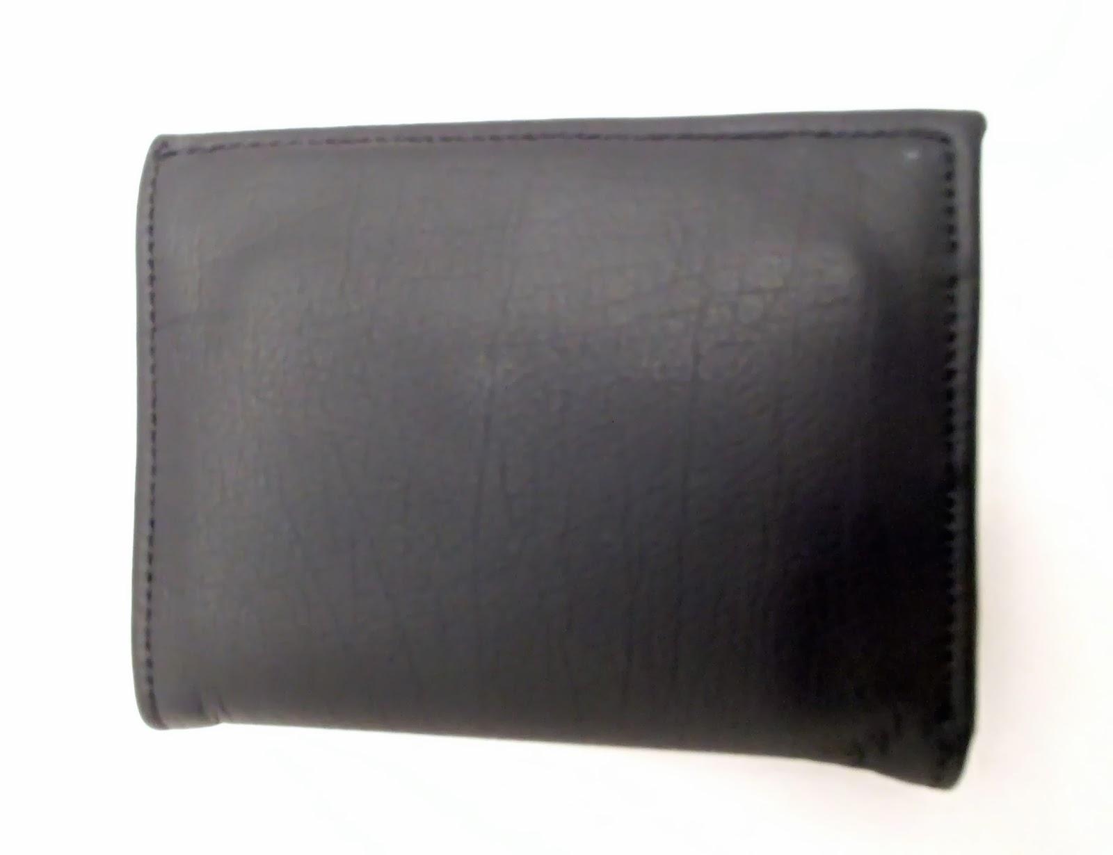Vue fermée du porte feuille en cuir noir