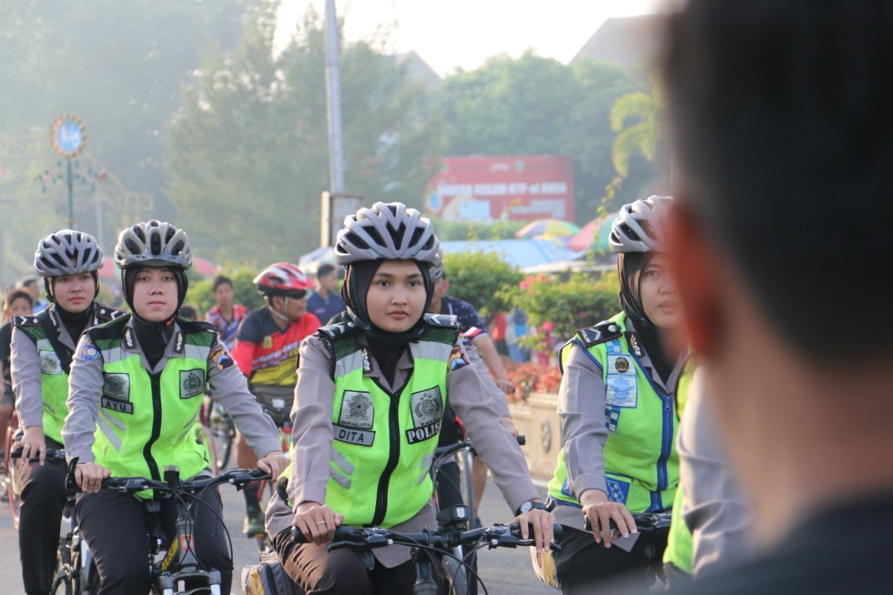 Sapa Pengunjung CFD, Polwan Polres Kebumen Keliling Naik Sepeda