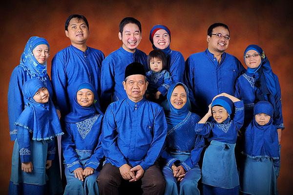foto keluarga di studio setelah lebaran
