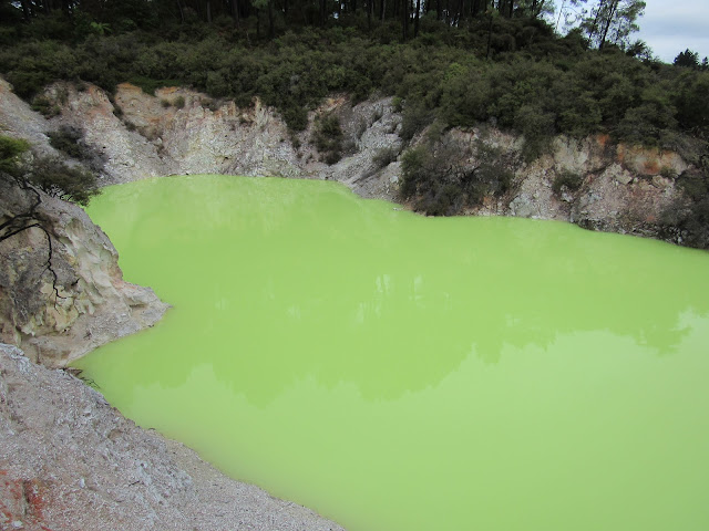Baño del Diablo, lago verde debido al arsénico que contiene el agua, en Wai-o-tapu