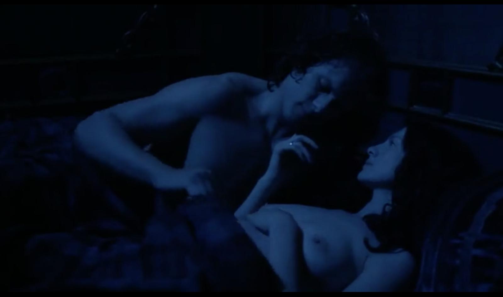 Momento íntimo de Jaimie y Claire de Outlander.