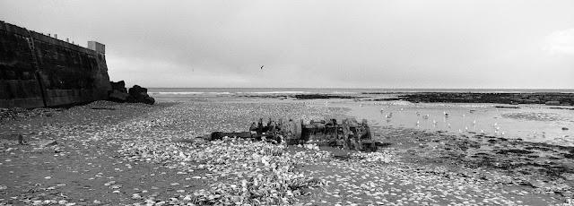 Restes d'épave au pied de la digue de Port en Bessin