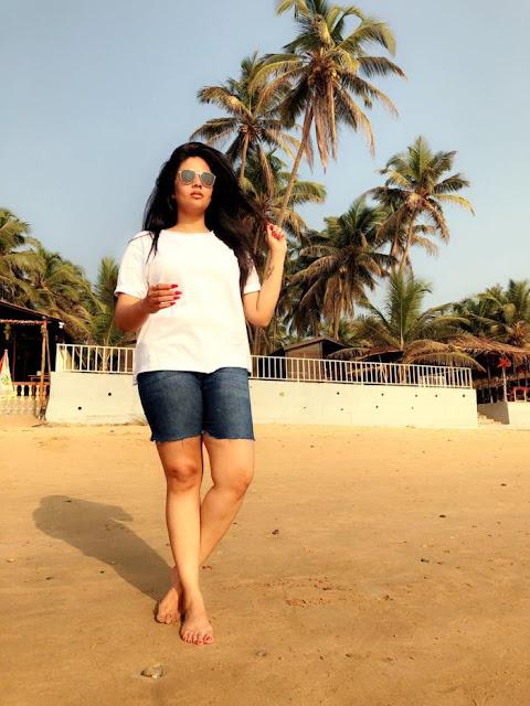 TV Actress SreeMukhi hot thighs Legs In White Top Blue Short Navel Queens