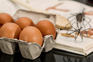 Ilmu pengetahuan sudah membuktikan bahwa telur mempunyai kandungan protein yang membentuk 70% rambut. Selin itu,  pada telur terkandung nutrisi bermanfaat seperti vitamin B sehingga Anda wajib mencobanya.
