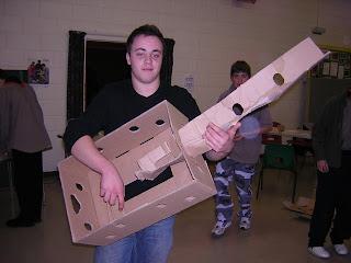 Guitarra fea hecha con cartón reciclado