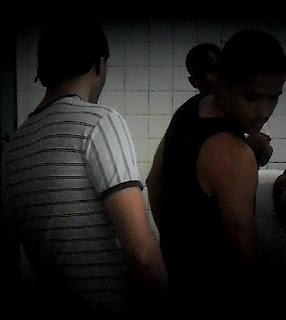 Gays tentam entrar em banheiro feminino em São José de Piranhas