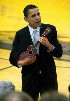 Tổng Thống Obama đàn Ukulele cũng rất dễ thương và cá tính