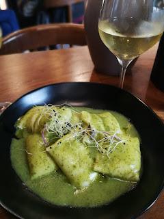Raviolis rellenos de bacalao en salsa verde del KINZA