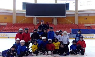 дети катаются на коньках