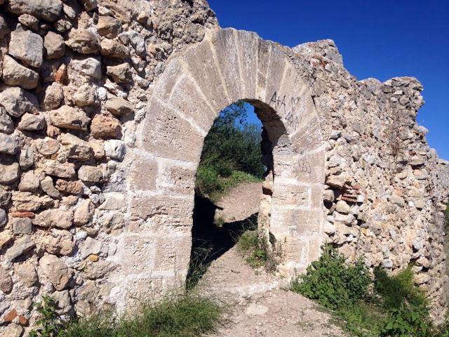 Arc de mig punt d'accés al castell de Bairén