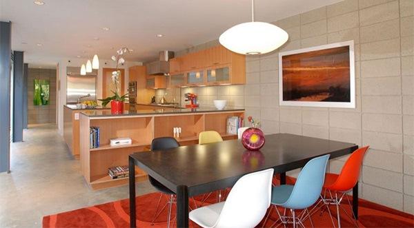 Desain Ruang Makan dengan Set Kursi Warna-Warni