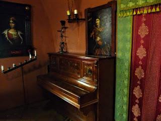 Замок Сент-Міклош. На фортепіано грає сам Майстр Йосип Бартош