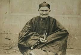 """Υπό διερεύνηση είναι η μυστηριώδης ιστορία ενός Κινέζου μαθουσάλα που πιστεύεται ότι έζησε 256 ολόκληρα χρόνια, όσο δηλαδή 3 άνθρωποι μαζί!... Ο Li Ching Yun γεννήθηκε στο Szchewan, ένα μικρό χωριό της Κίνας (Szchewan) όπου και πήγε σχολείο μέχρι τα 10 του χρόνια πήγε σχολείο. Στη συνέχεια ταξιδέψε σε διάφορες περιοχές της Κινάς, όπου δούλεψε και μάζευε ιατρικά φυτά. Σύμφωνα με τους New York Times, ο Λι πουλούσε τα ιατρικά φυτά για ολόκληρα 100 χρόνια! Όταν ο επικεφαλής της αυτοκρατορίας Pei Wu-Fu ταξιδέψε μέχρι το σπίτι του Λι για να τον ρωτήσει ποιο είναι το μυστικό της μακροζωίας του, εκείνος απάντησε: """"Κράτα ήρεμη την κάρδια, κάτσε σαν χελώνα, περπάτα χαρούμενος σαν περιστέρι, και κοιμήσου σαν σκύλος"""". Οι άνθρωποι από το περιβάλλον του Λι απορούσαν που δεν έμοιαζε καθόλου με γέρο και μάλιστα φαινόταν πολύ δυνατός για την ηλικία του. Κάποιοι έλεγαν ότι τον γνώριζαν από την παιδική τους ηλικία, ενώ κάποιοι άλλοι ότι ο Λι ήταν φίλος του παππού τους που δεν ζούσε πια… Το 1930 Wu -Chung- Chien, καθηγητής στο Minkuo University βρήκε κάποια ντοκουμέντα που αποδείκνυαν ότι ο Λι είχε γεννηθεί το 1677. Τα ίδια αρχεία αποδεικνύουν ότι το κινέζικο κράτος είχε ευχηθεί στον Λι χρόνια πολλά στα 150τα του γενέθλια αλλά και όταν έκλεισε τα 200. Σύμφωνα με το βιβλίο Guiness ο άνθρωπος που έχει ζήσει τα περισσότερα χρόνια είναι ένας Γάλλος (122 χρόνια και 164 μέρες). Γιατί οι κινέζοι δεν έχουν πει τίποτα για τον Λι. Είναι δυνατόν ένας άνθρωπος να έχει ζήσει 256 ολόκληρα χρόνια; Η ιδιαίτερα ενδιαφέρουσα ιστορία είναι υπό έρευνα. πηγη: www.axioperierga.blogspot.gr"""