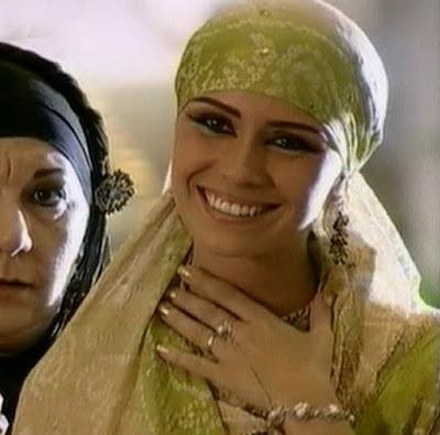 Jade (Giovanna Antonelli) em cena da novela O clone com a mão sobre o peito, esmalte dourado da personagem em evidencia