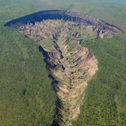 Crescimento desenfreado de cratera na Sibéria desenterra antigas florestas