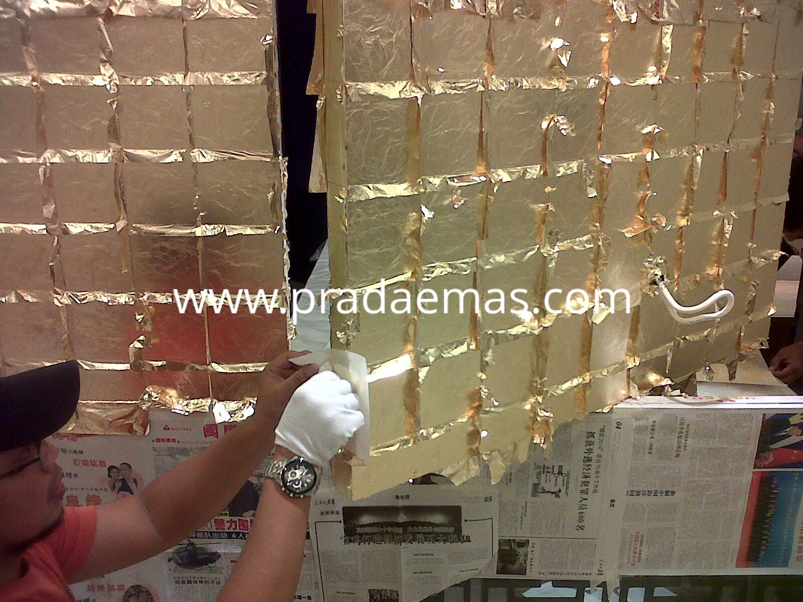 pasang gold leaf di panel dudukan tv