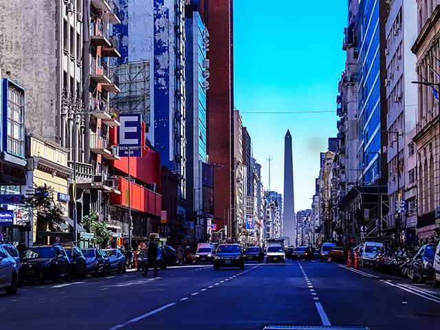 La calle que nunca duerme y al fondo el Obelisco