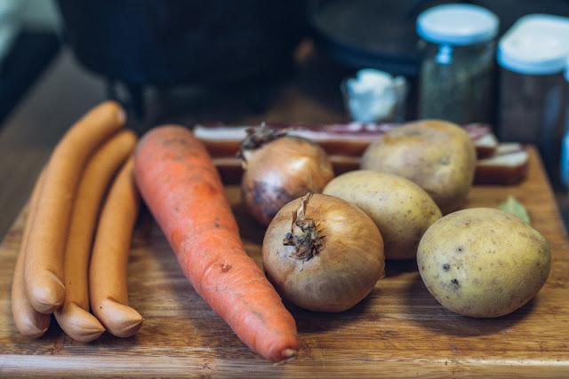 Outdoor Kitchen 10  Erbseneintopf aus dem Dutch Oven  Herzhafte Rezepte für Camping und Trekking 02
