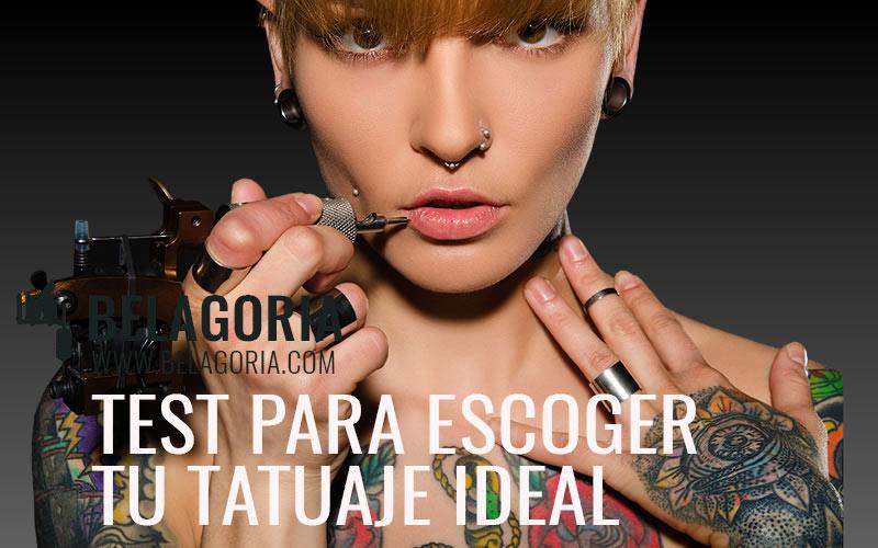 Mujer tatuada con una máquina de tatuaje en la mano