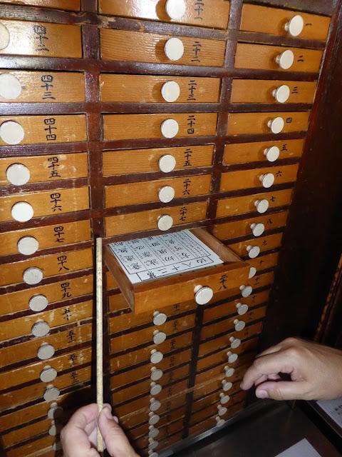 Cajones de los mensajes de la suerte en un templo budista