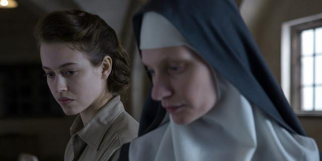 Agata Buzek vive a irmã polonesa Maria e Lou de Laâge vive uma jovem médica Mathilde Beaulieu no filme frances Agnus Dei presente na Netflix