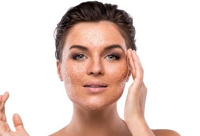 Exfoliant avec du sucre contre les taches de blanchiment sur le visage