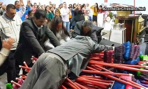 Ungiendo escobas en iglesia