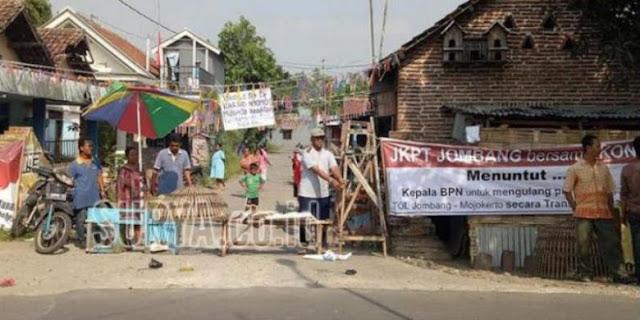 Tolak Proyek Tol Jombang-Mojokerto, Warga Tebar Kotoran Manusia di Jalan